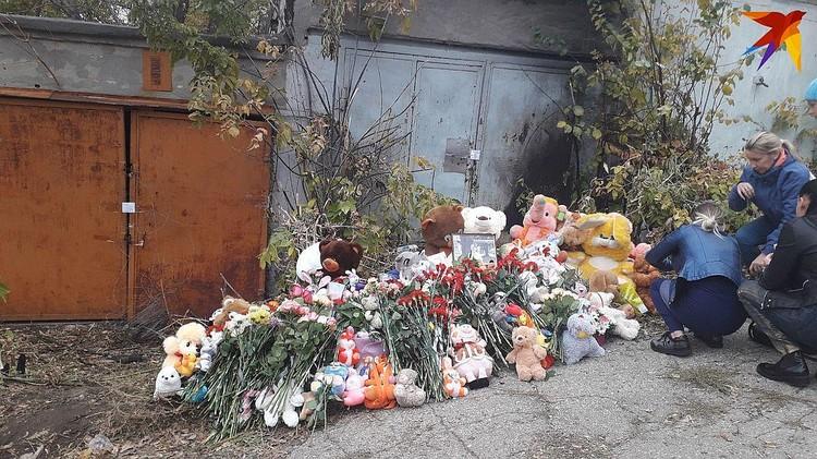 У гаражей образовался стихийный мемориал.