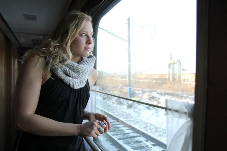 Джессика Лонг едет на поезде из Иркутска в Братск, на встречу с биологической мамой.