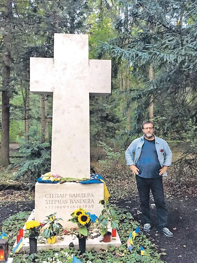 Четыре года назад бывший вице-премьер Кох специально съездил в Мюнхен, чтобы возложить цветы на могилу Бандеры. Фото: facebook.ru