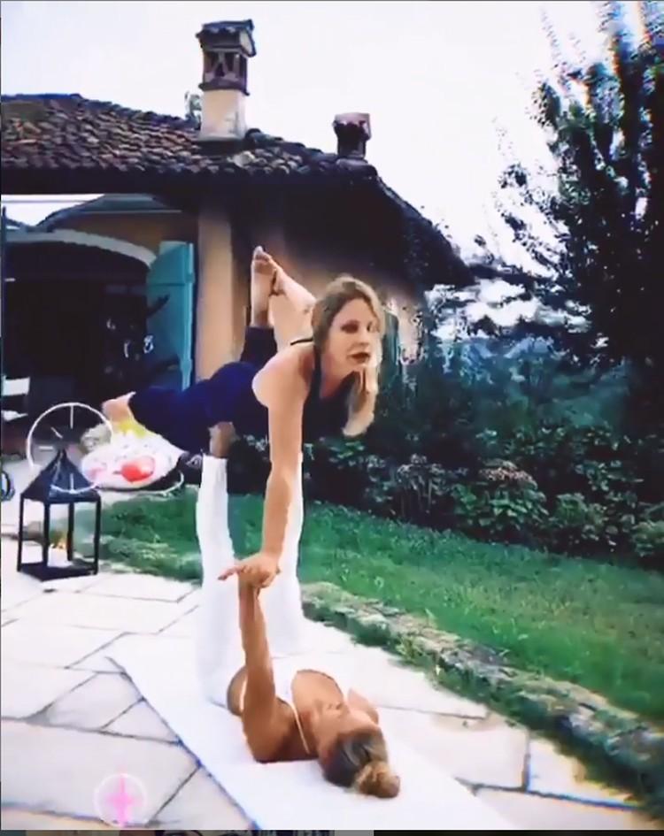 Орнелла в синем костюме тренируется вместе с личным тренером. Фото: кадр видео.