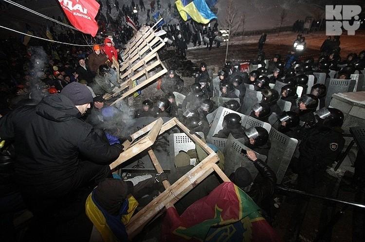 Янукович, при котором заигрывания с националистами-радикалами на Украине и государственное спонсирование их достигли высокого уровня, может рассказать, как именно они «похоронили» вместе с ним ту Украину