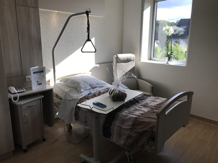 Палата для поступивших на реабилитацию больных оснащена необходимой медтехникой и удобной мебелью.