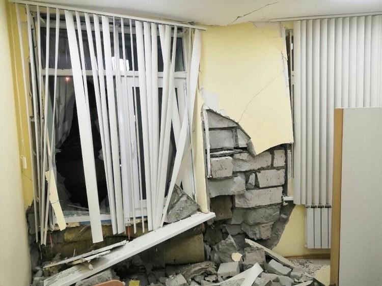 В здании сильные разрушения. Фото прислали очевидцы