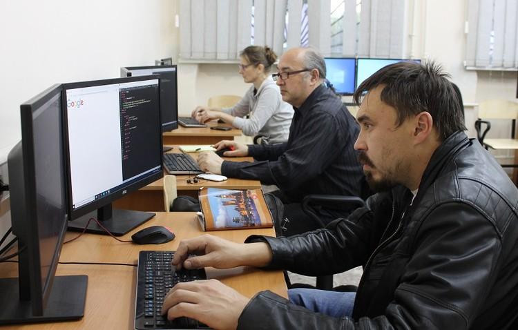 Перед каждым студентом - два монитора, чтобы работать самому и отслеживать действия наставника.
