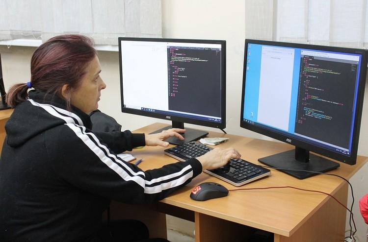 В первой половине дня Елена воспитывает малышей в детсаду, а во второй - верстает сайты.