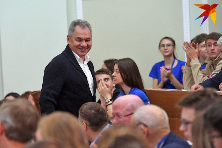 Сергея Шойгу зал встретил аплодисментами.