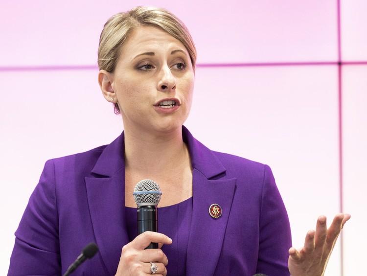 Конгрессвумэн Кэти Хилл обвинили в любовных отношениях с сотрудниками ее команды.