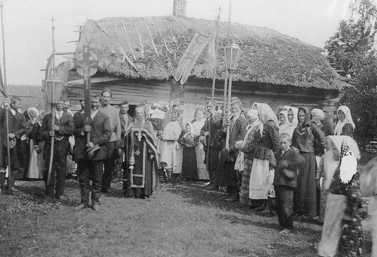 На снимок Исаака Сербова в 1912 году попали похороны в Плотнице тогда Пинского уезда – в то время процессия шла с хоругвями. Фото: Книга «Белорусы в снимках Исаака Сербова»