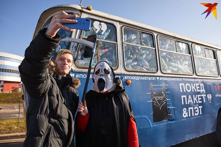 На улице Октябрьская припарковали автобус с 20 000 пластиковых бутылок внутри.