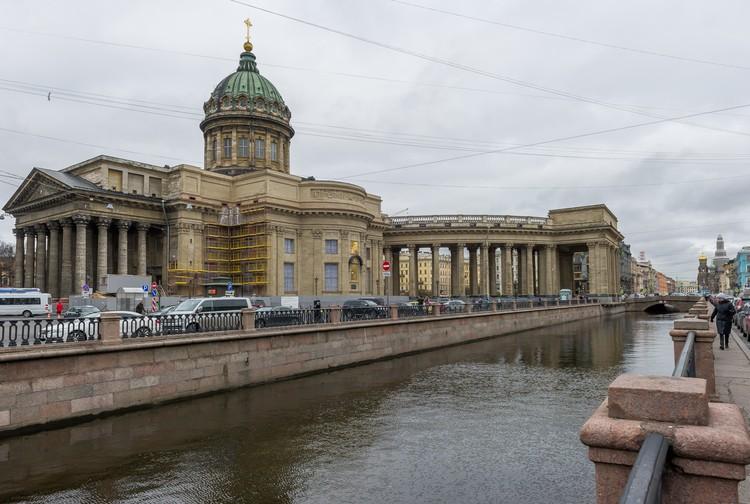 Вскоре откроется роскошный вид на собор со стороны набережной канала Грибоедова