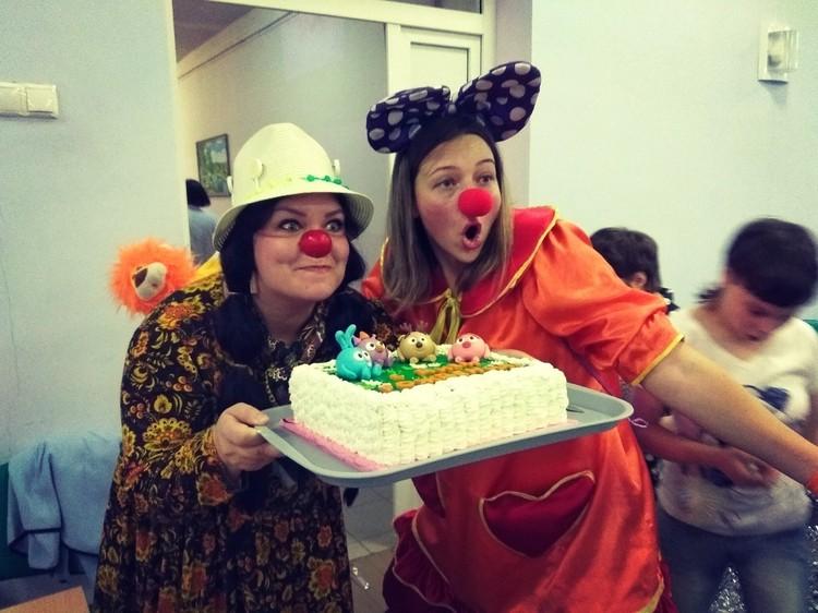 Что может принести детворе больше радости, чем торт из рук веселого клоуна? Фото: vk.com/eco_bum