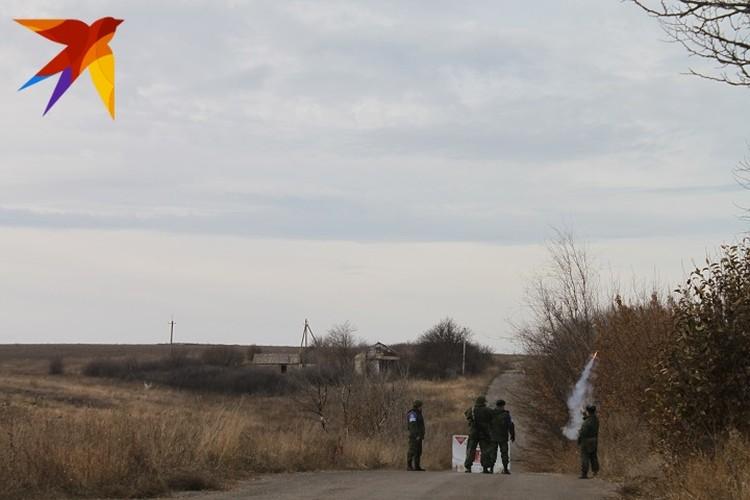 Ровно в 13.00 по московскому времени представители ДНР выпустили в небо сигнальную ракету белого цвета в знак своей готовности возобновить процесс разведения войск на участке «Петровское – Богдановка»