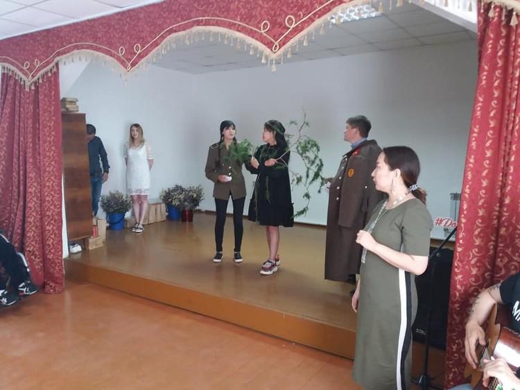 Актеры представили зрителям мини-спектакль по стихотворениям классика хакасской поэзии М.Е. Кильчичакова. Фото: facebook.com/Хакасфильм