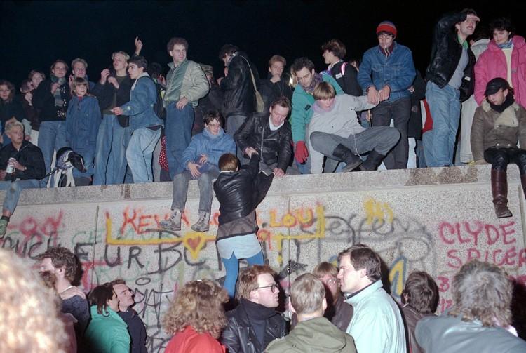 Вечером 9 ноября 1989 года тысячи немцев из восточного Берлина направились к стене, чтобы перейти ее. Фото: globallookpress.com