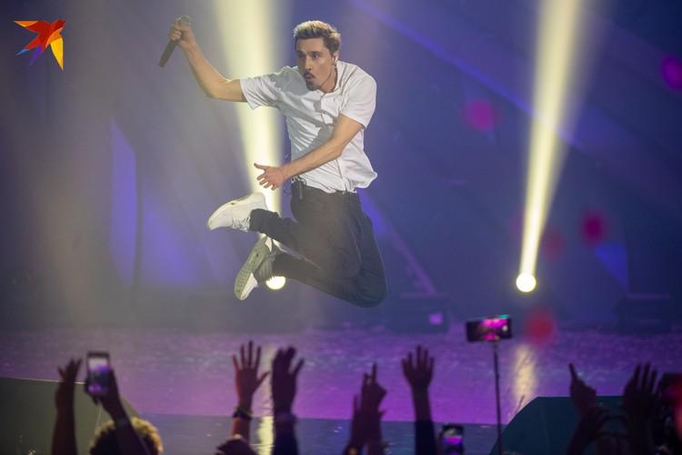 Ни один концерт Димы не обходится без его фирменных прыжков.