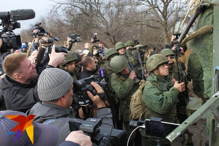 Бойцы НМ ДНР с вооружением покинули позиции в районе участка разведения