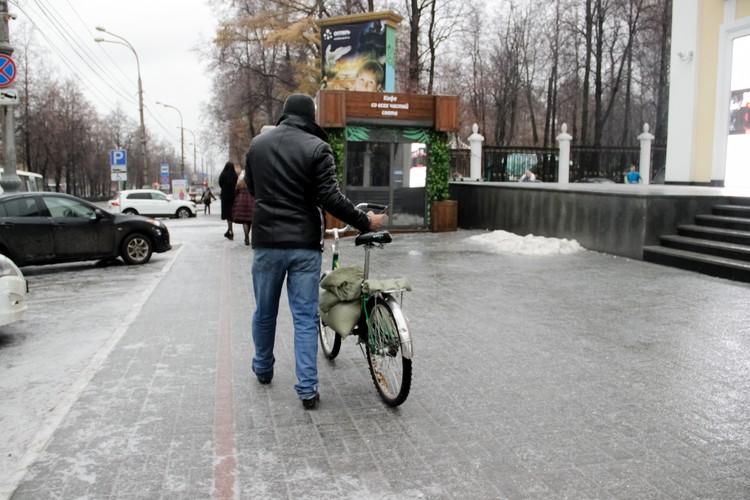 На велосипеде по такому льду не покатаешься.