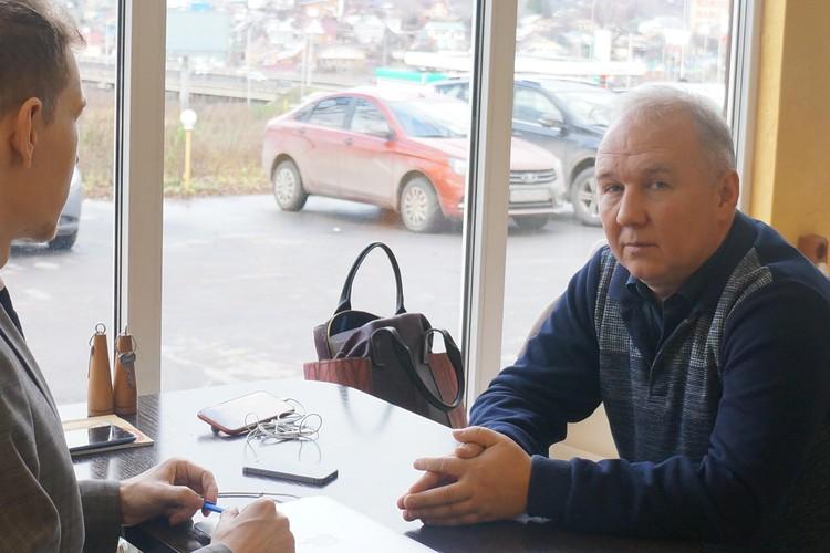 Адвокат Замчинской Александр Павлов - справа от меня - уверен, что его клиентка невиновна.