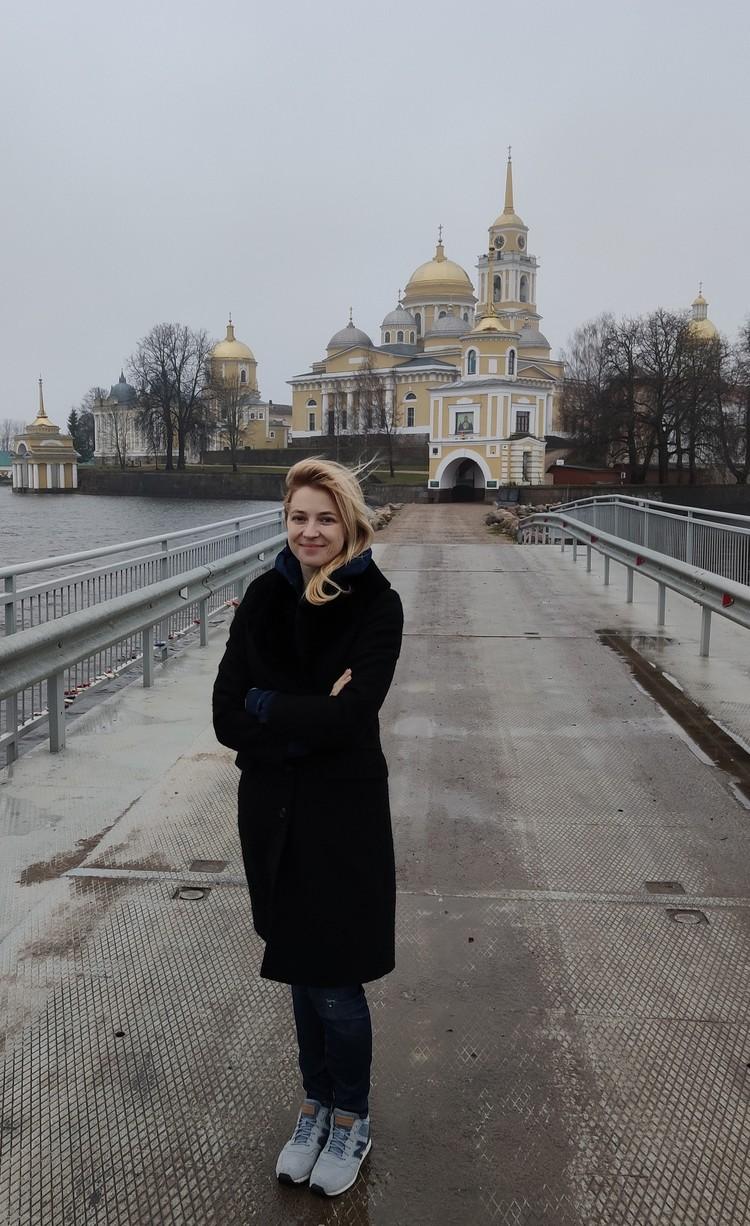 Наталья Поклонская фоне Селигера и старинной архитектуры монастыря. Фото: https://vk.com/poklonskaya_nv