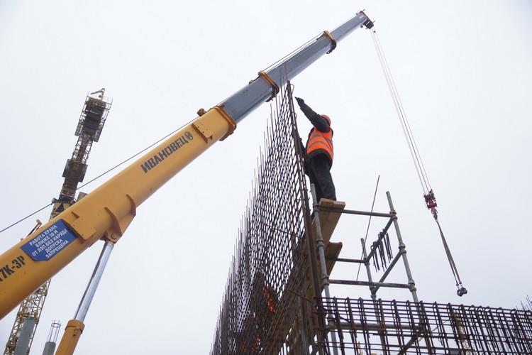 Сейчас строителям предстоит важный этап работы – установка огромных металлоконструкций
