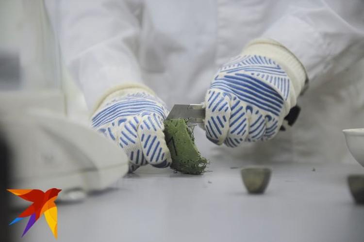 Чтобы провести опыты, полимерную хвою сначала плавят, а потом нарезают на кусочки.