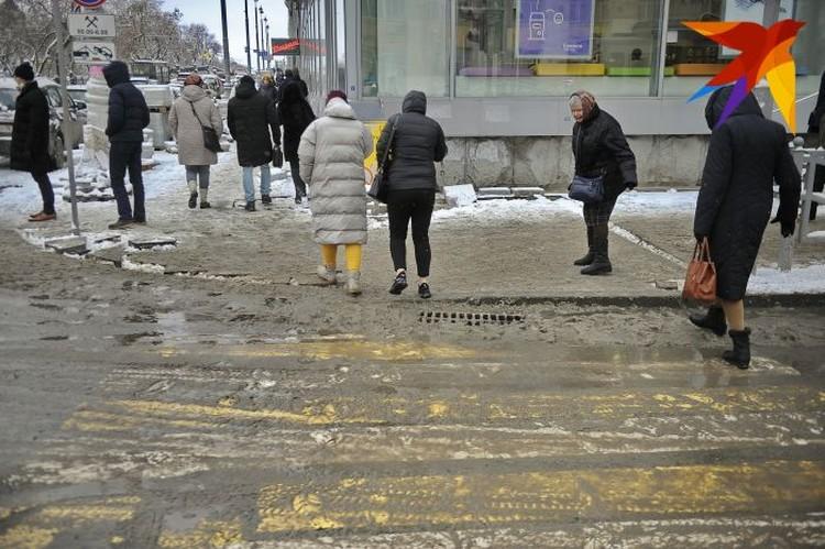 Во вторник еще было относительно сухо, а в среду после снегопада все дороги опять покрыло серой жижей.