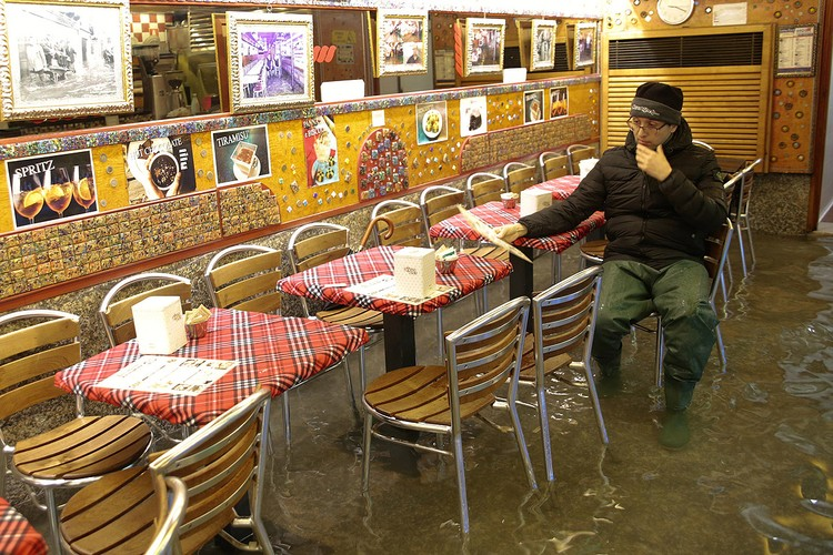 Уличные кафе не пользуются особой популярностью по понятным причинам.