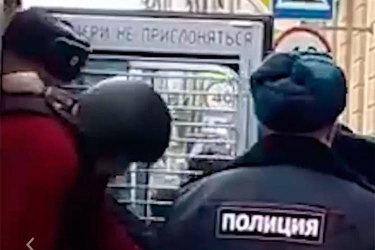 Соколова выводят из автозака в каске. Фото: стоп-кадр с видео 78 канала.