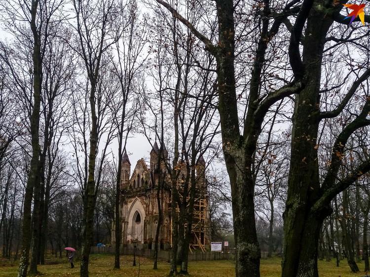 Возле усыпальницы частично сохранился парк.