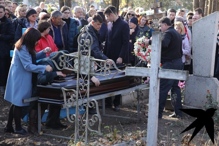 Гроб окружила семья. Фото: Тимур СЕМЕНОВ.