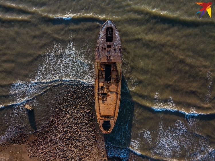 Ржавые остатки корабля.