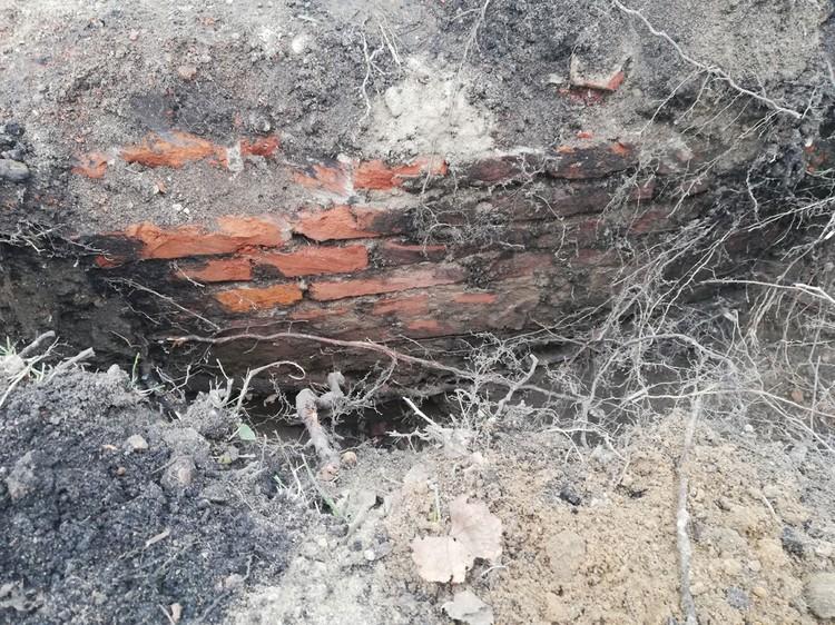 Фундамент уходит в землю больше, чем на метр. Он очень прочный, рабочие не смогли его разрушить