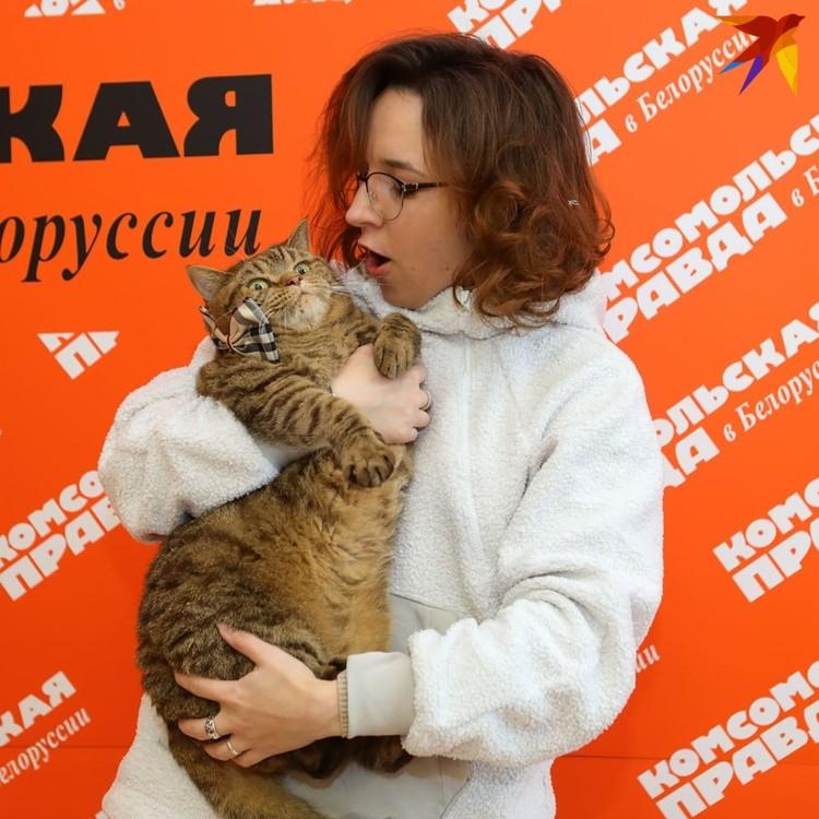 Кот Петя со своей хозяйкой Ольгой Азаренок, владелицей гостиницы для котиков My Red Cat.