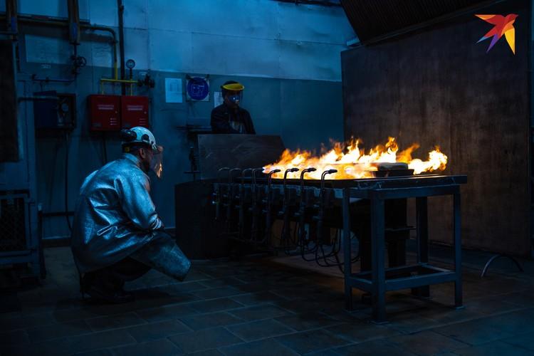 Золото плавится на аффинажном заводе Красцветмета в Красноярске