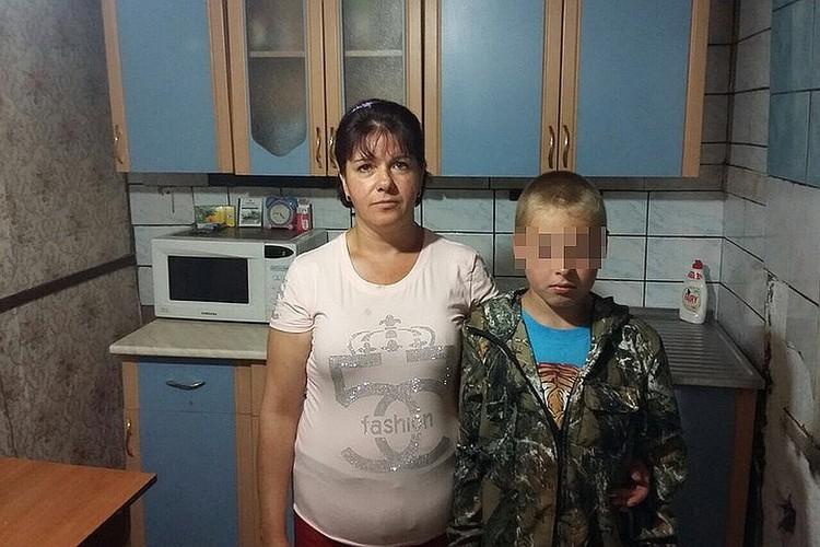 Женщина вместе с сыном до сих пор утверждают, что первые показания о том, что директор - садист, были ложью.