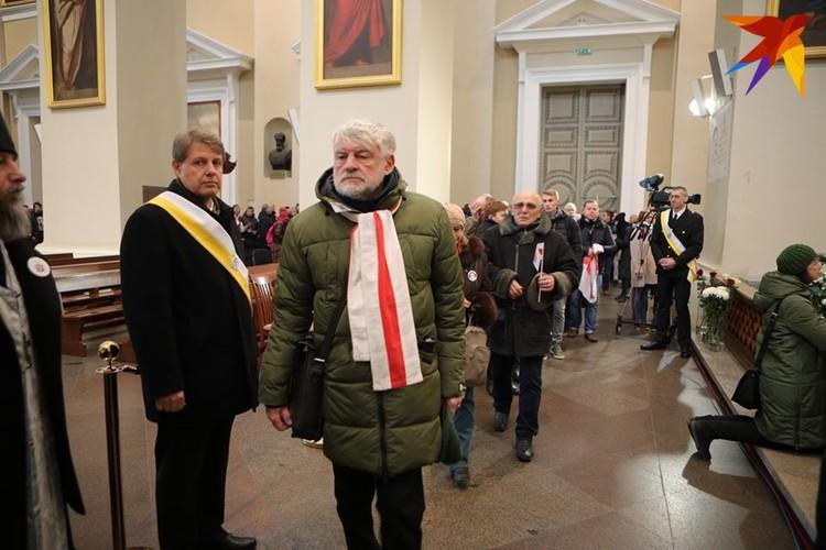 Чтобы почтить память повстанцев, в Вильнюсе выстроилась очередь в кафедральный собор-базилику