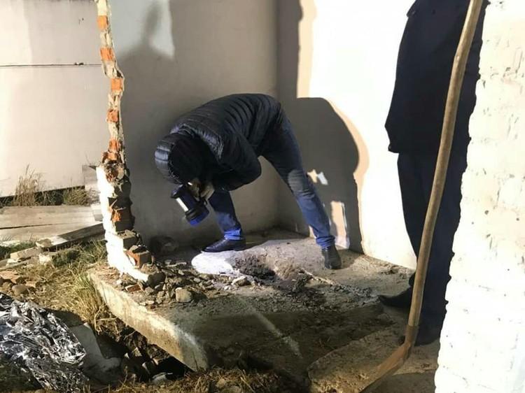 Спасателя пришлось выкапывать яму, чтобы через нее достать девочку.