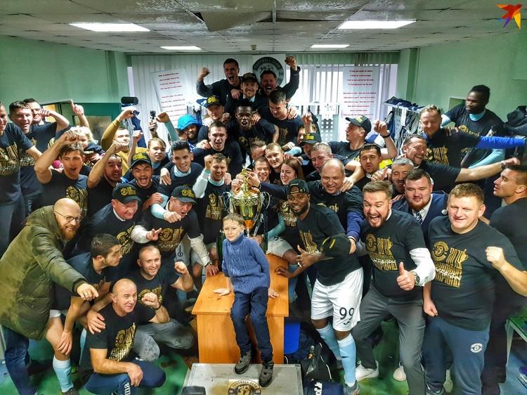 Победное фото из раздевалки. Видно, что победу отмечали шампанским - пробкой пробили потолок. Фото: twitter.com/dynamobrest
