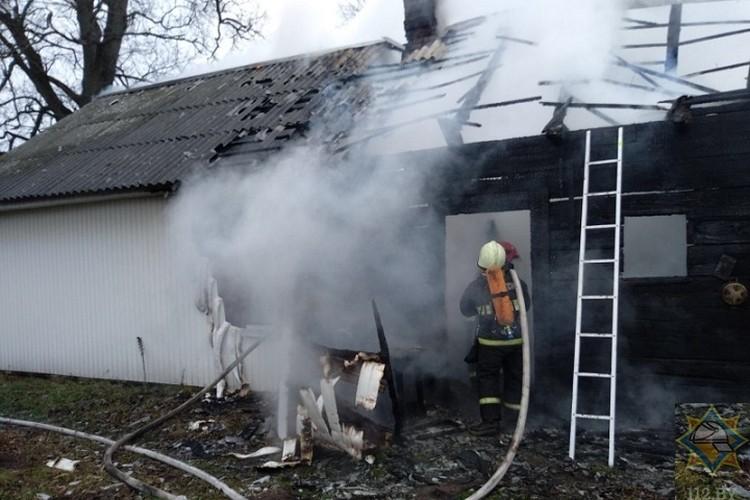 Погибшую пенсионерку нашли под обломками рухнувшей крыши в одной из комнат на кровати. Фото: МЧС.