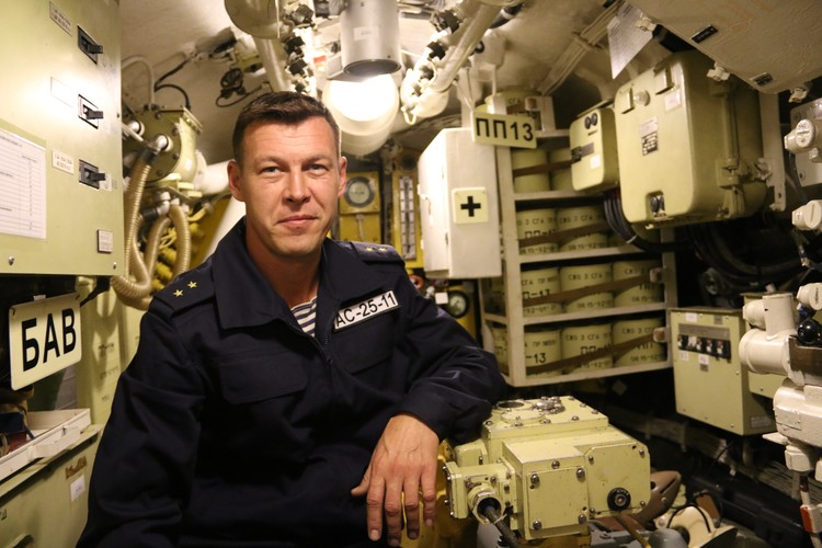 Дмитрий помогает подводникам зайти в отсек