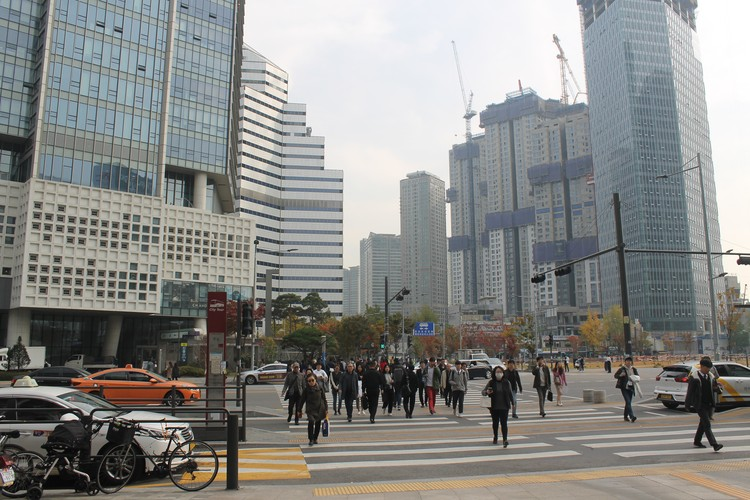 В Сеуле и его пригородах живут почти половина населения страны, это огромный мегаполис