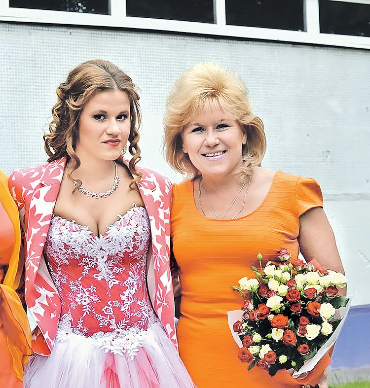 Анфиса Резцова (на фото справа) с младшей дочкой, Кристиной, которая попала в состав сборной. Фото: vk.com
