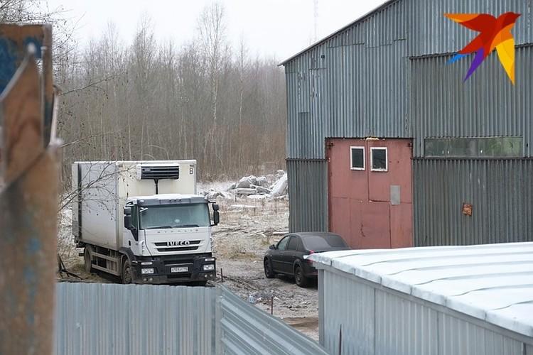 Предположительно, именно на этом грузовичке в Обуховец доставляли оборудование и сырье для наркотиков.