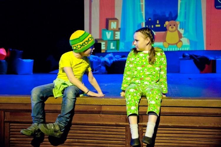 Чтобы отправиться на волшебный остров, достаточно всего лишь горсточки волшебной пыльцы. Или - билета в театр. Фото: Сергей КОСОЛАПОВ