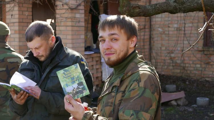 Алексей Филиппов в зоне АТО с брошюрой «Как выжить в боевых условиях. Сборник советов».