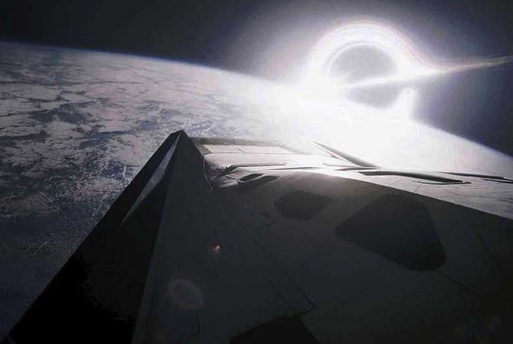 Если верить астрономам, то и рядом с черной дырой жить можно.