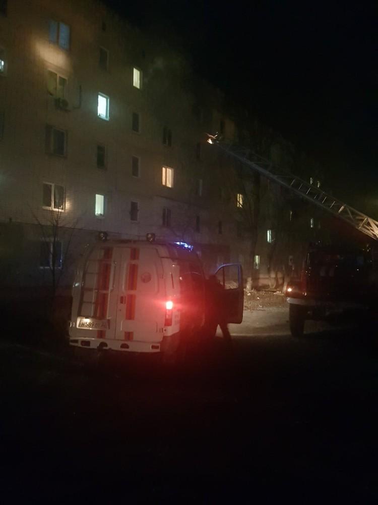 Оказалось, горят вещи в квартире на четвертом этаже пятиэтажного многоквартирного жилого дома.