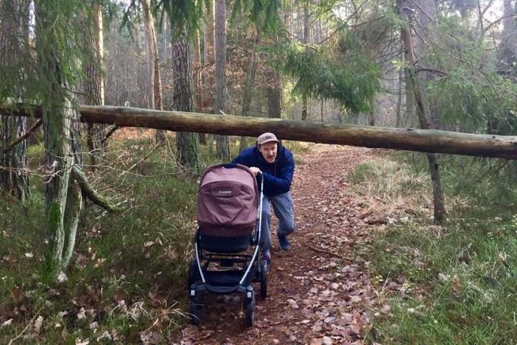 Отец нового поколения умеет гонять с коляской по буеракам.