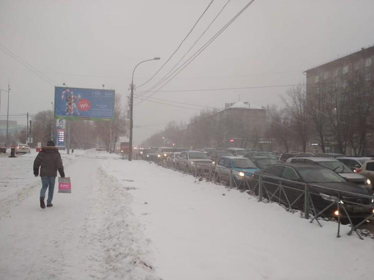 Город сковали пробки.
