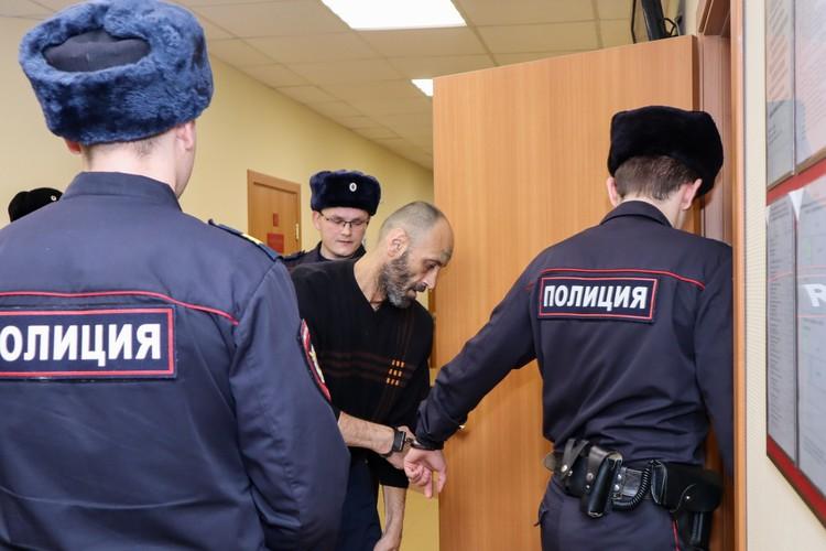В суд Дмитрия привезли под конвоем в наручниках.